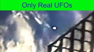 UFOs were spotted during a SpaceX launch.Los ovnis fueron vistos durante un lanzamiento de SpaceX.