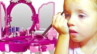 Играем с косметикой для девочек. Столик с зеркалом и волшебное превращение