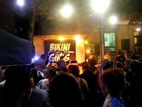 bikini girls live at tiki-bar