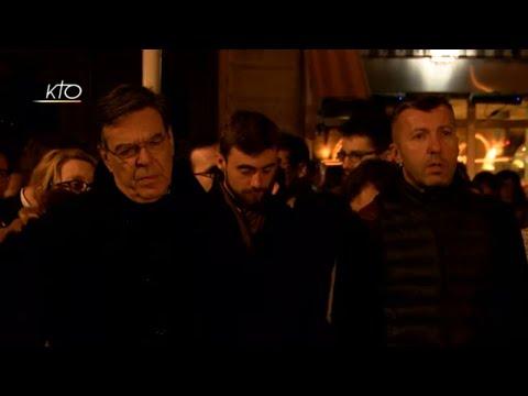 Mgr Aupetit et les parisiens prient devant Notre-Dame