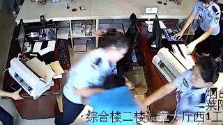 Footage: Policewomen overpower robbery suspect in east China