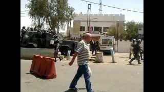preview picture of video 'طوشة في مخيم الزرقاء بين اصحاب البسطات والدرك مقابل مركز امن المخيم'
