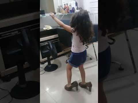 Mariana dançando 3 anos