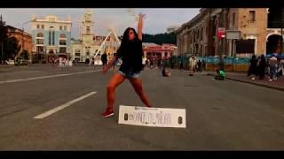 Уличный танец очень красивой девушки в центре Киева .