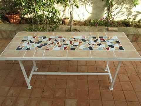 Mesa jardín con bardos y baldosas rotas
