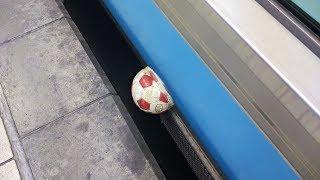京浜東北線の車体に挟まったサッカーボール???