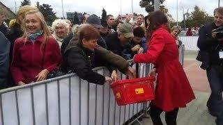 Otwarcie 2000 Biedronki - tłumy rzucają się na hostessy!
