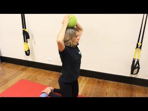 Serie di esercizi su un portamento su una cultura fisica di lezione