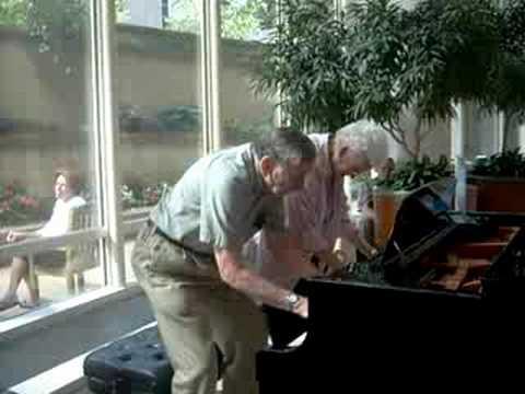 זוג מבוגר מנגן על פסנתר במרכז רפואי בדרך משעשעת במיוחד