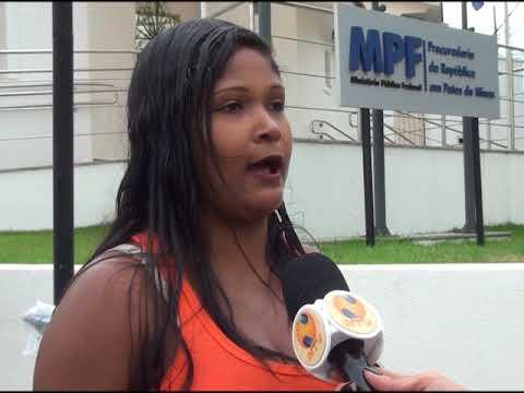 Famílias não contempladas no sorteio de moradias fazem protesto no MPF de Patos de Minas