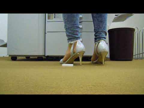 In Silbernen Sandaletten am kopieren         In silver sandals at the copy