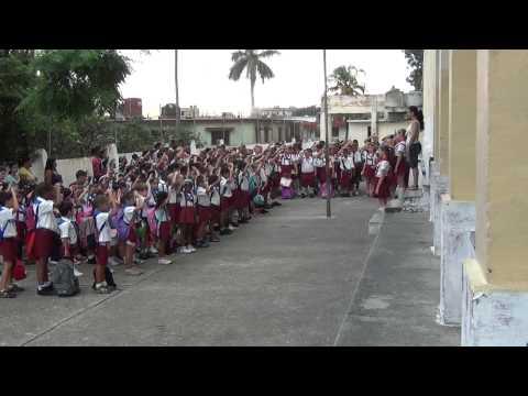 Pioneros cantan Himno Nacional Cubano en la Julio Hidalgo, Lawton, La Habana, Cuba