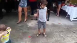 Criança dançando 'Sim ou Não' da Anitta