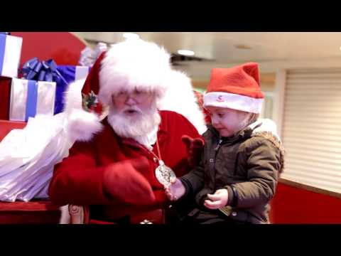 Store Santa Signs with a Deaf Girl