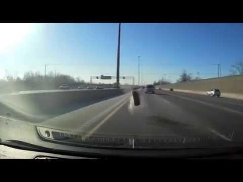 Lidojošs ritenis gandrīz nogalina auto vadītāju