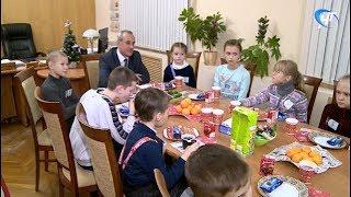 Юные новгородцы, приглашенные на Кремлевскую елку, побывали на чаепитии у Вадима Непряхина