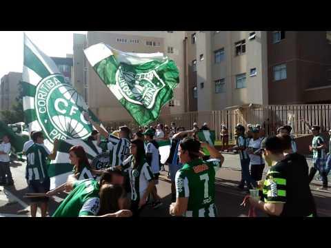 """""""CURVA 1909 - CHEGANDO NO ESTADIO - ATLETIBA FINAL 2017"""" Barra: Curva 1909 • Club: Coritiba"""