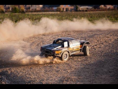 Ferngesteuertes (RC) Auto, mit vollspeed über den Schotter! + Überschlag