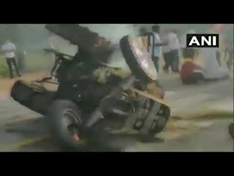 कृषि कानून के खिलाफ प्रदर्शन के दौरान इंडिया गेट के पास एक ट्रैक्टर में लगाई गई आग