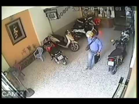 Tên trộm ăn mặc lịch sự vào nhà nghỉ ăn trộm laptop