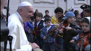 Papa Francesc: «Ensenyeu als nens a fer bé el senyal de la Creu»