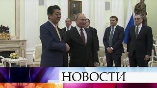 Владимир Путин и Синдзо Абэ в Кремле обсуждают проблему мирного договора между Россией и Японией.