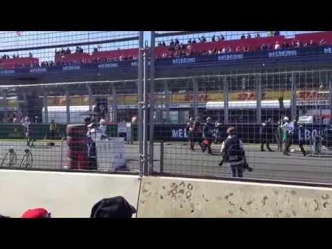 2015-formula-1®-rolex-australian-grand-prix--rolex-girls-setting-up-the-track