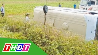 Xe chở công nhân lật xuống ruộng, ít nhất 10 người bị thương | THDT