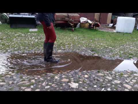 Rote- Kunst - Leder - Hose - Gummi - Reit - Stiefel - Pfütze - Regenwetter