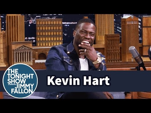 Kevin Hart Walks to Set While Dwayne Johnson Drives (видео)