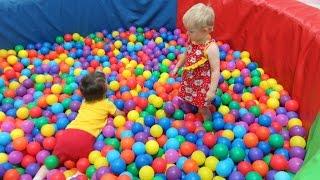 Дети в игровом центре Grand Park Горки Бассейн с Шариками #1. Kid