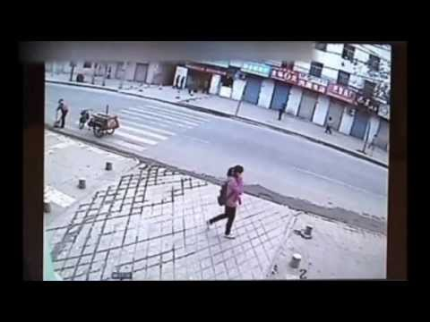Ragazza precipita in una voragine nel marciapiede