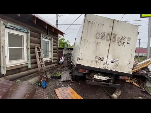 В Иркутске грузовик врезался в ворота дома