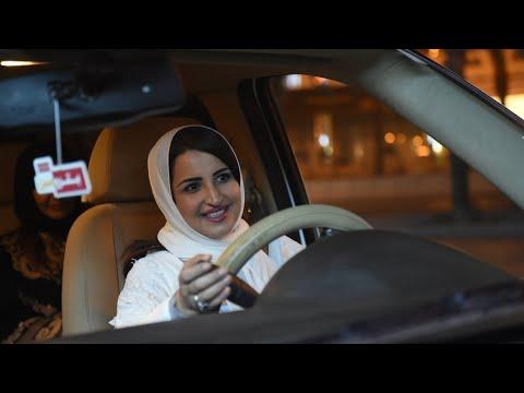العرب اليوم - شاهد: السعوديات يبدأن في قيادة السيارات على طرقات البلاد