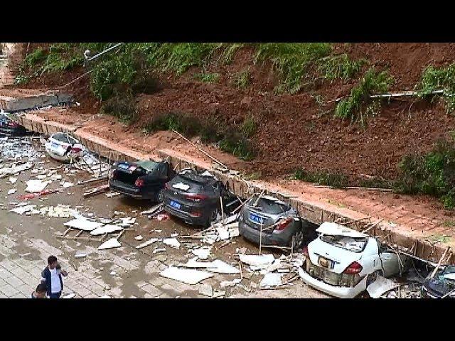 انهيار جدار يحطم 10 سيارت في الصين