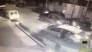Смотреть онлайн Вооруженная кража машины посреди улицы