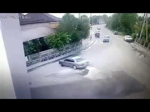 Что у него заклинило, руль или мозги!