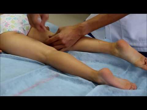 ที่เท้าของโคนต้นสนบนนิ้วและเจ็บ