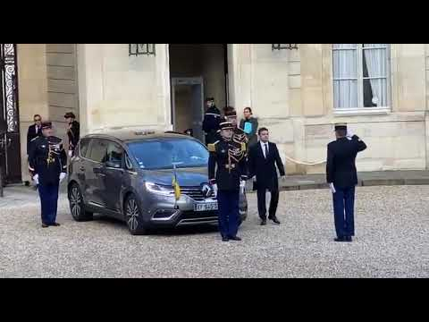 The protocol of the Champs Elysees refused to explain why the motorcade of the Ukrainian president.
