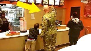 Żołnierz szedł wypełnić rozkaz, lecz zatrzymał się, gdy usłyszał za sobą dwóch chłopców