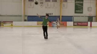 allison essaye d'apprendre à faire du patin à scott