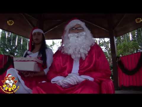Papai Noel e Mamãe Noel aguardam as crianças na Praça decorada em São lourenço da Serra