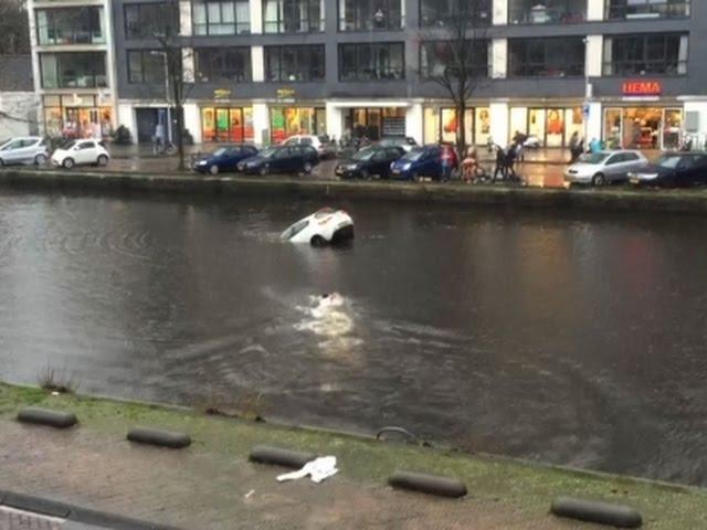 إنقاذ إمراة وابنتها سقطت سيارتهم في قناة مائية