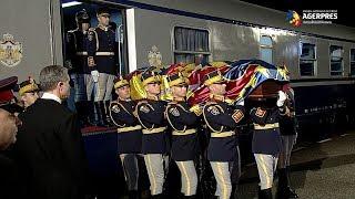 Mii de oameni au aşteptat cortegiul Regelui Mihai în ultima gară de pe traseu, Curtea de Argeş