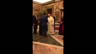 Jovem surpreende namorada e o Papa Francisco com pedido de casamento