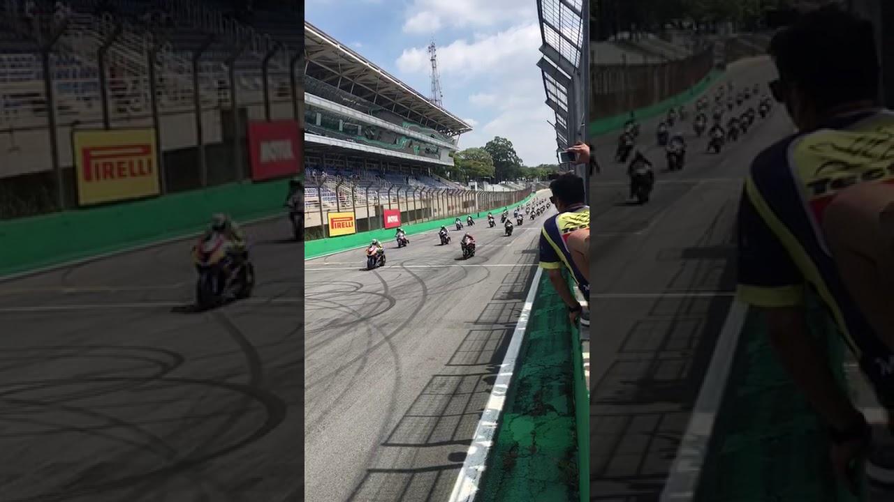 Мотогонщик едва не погиб на старте гонок в Бразилии