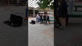 Круто поют. Девушка была в шоке.Подняли настроение. Смотреть всем! Уличные музыканты.Камера iPhone 7