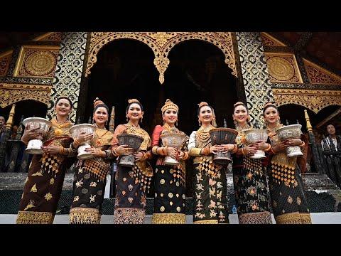 العرب اليوم - شاهد: 7 متنافسات على لقب ملكة جمال لاوس يرتدين ملابس مطرزة بالذهب