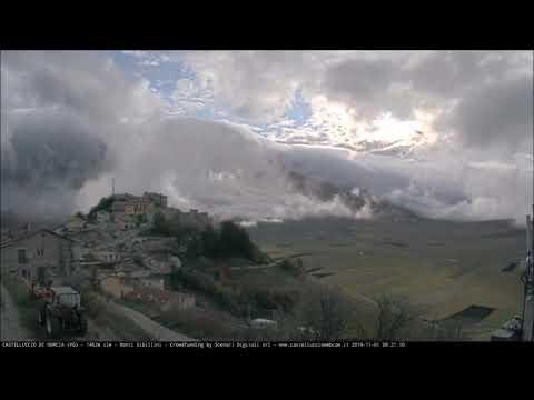 Castelluccio di Norcia in timelapse: l'alba, le nuvole basse e il sole