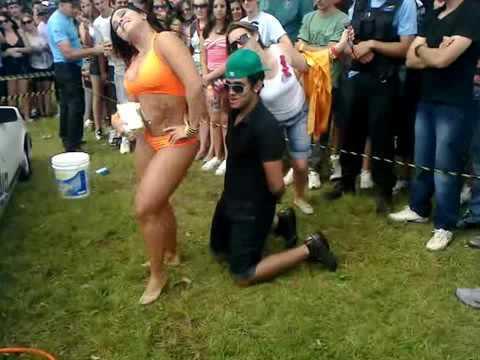 Namorada ciumenta ataca namorado em evento de Piriguete